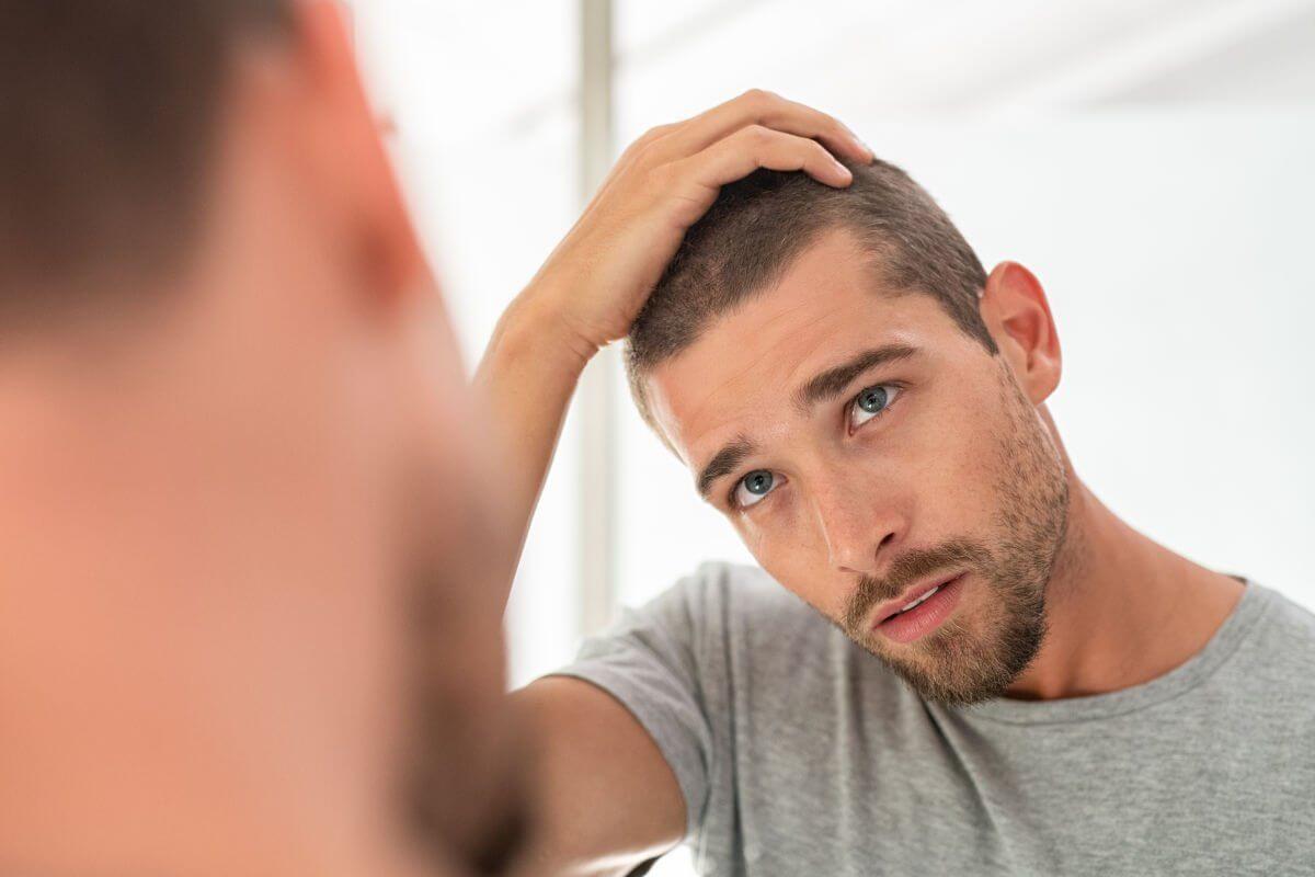 cabelo no espelho controlado por um jovem