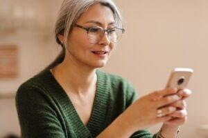 reife-schöne-schöne-schöne-grauhaarige-frau-sind-mobiltelefon-