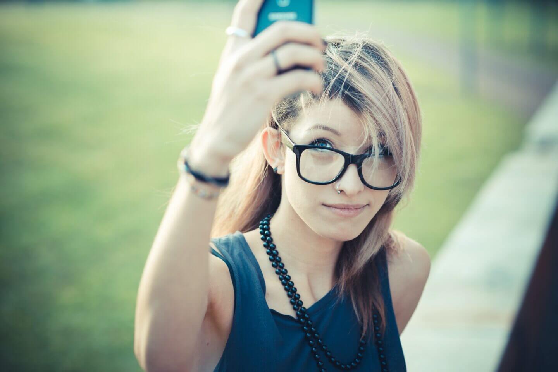 jovem e bela modelo mulher-selfie